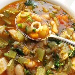 Fasulyeli Makarnalı Sebze Çorbası (Minestrone)